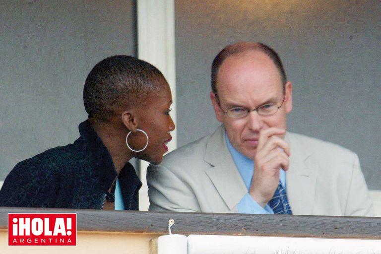 El príncipe Alberto y Nicole, en 2002, mirando un partido de tenis en el Abierto de Mónaco. Alexandre, fruto de este romance, nació el 24 de agosto de 2003.