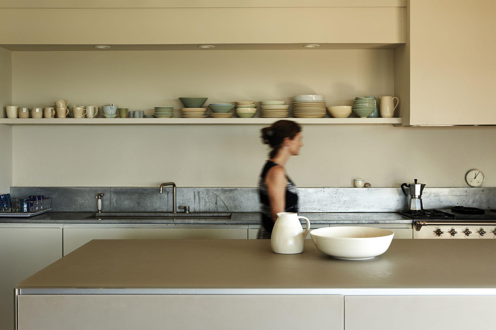 La superficie de la isla (Valcucine) tiene un acabado de cristal arenado que combina muy bien con la madera presente en toda la casa