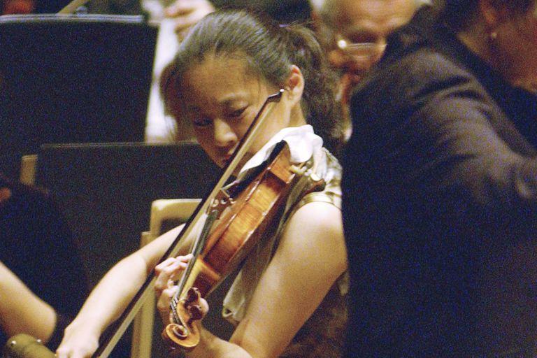 ARCHIVO - En esta foto del 14 de octubre de 2005, la violinista Midori toca con la Filarmónica de Nueva York, bajo la dirección de Marin Alsop, en el Lincoln Center en Nueva York. (AP Foto/Osamu Honda)