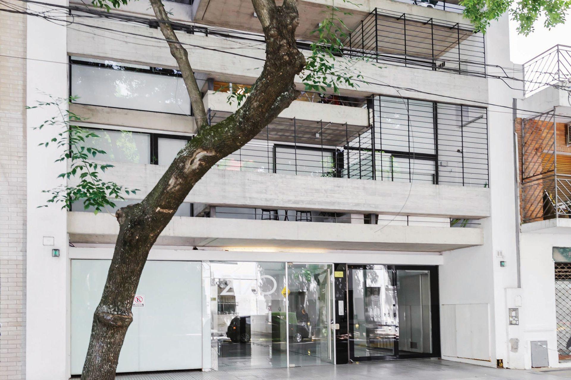 En seis pisos hay departamentos de dos ambientes en una planta y en dúplex; pero todos aprovechan el ancho del terreno y generan expansiones y alturas dobles que dejan a la vista los materiales estructurales en su estado más puro.