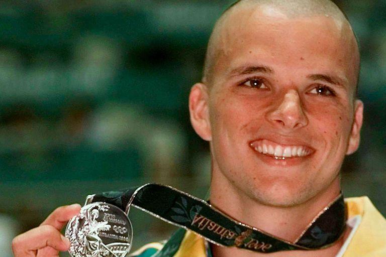 Scott Miller sonríe, junto a la medalla de plata que ganó en Atlanta 96
