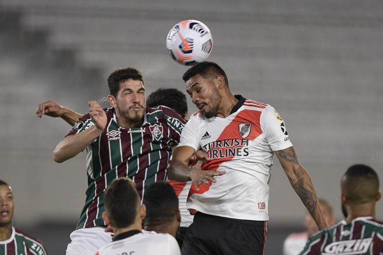 River perdió con Fluminense en el cierre y casi se queda afuera; en la imagen, Nino, del equipo brasileño, disputa un centro con Héctor Martínez