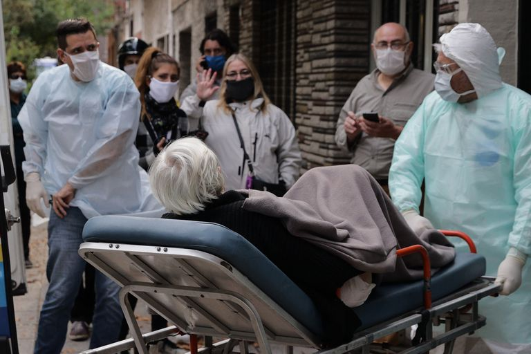 Ayer, los adultos mayores residentes en un geriátrico de Parque Avellaneda fueron evacuados