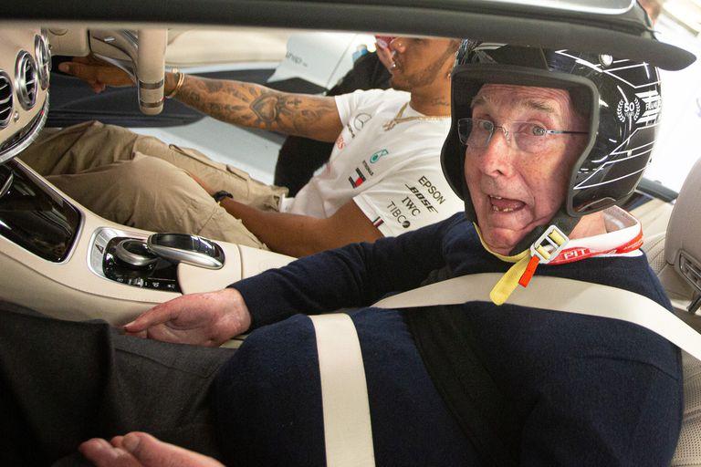"""¡Sos un hooligan!"". Hamilton sacó a pasear a Frank Williams por Silverstone"