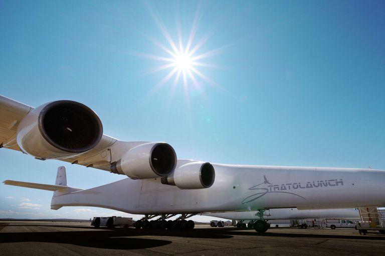 Tres de los seis motores de un Boeing 747 que usa el avión para impulsarse