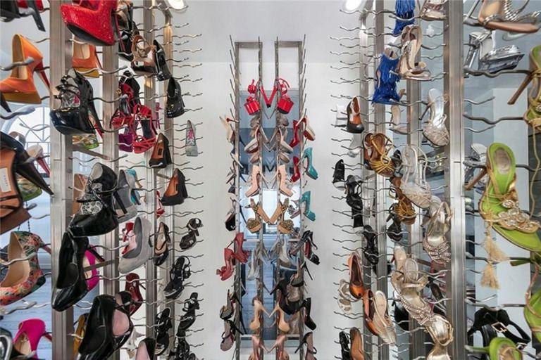 La curiosa ubicación de los zapatos de Carmen Electra: en la cocina, expuestos en una vitrina