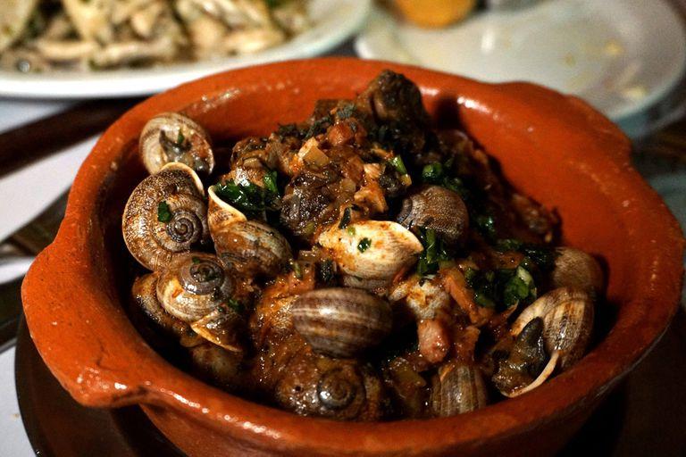 La cazuela de caracoles en Los Galgos es uno de los platos que recupera los sabores de siempre
