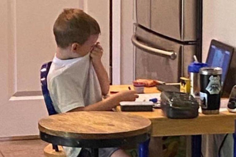 La mujer tomó el modelo de su propio hijo para dar testimonio de la angustia que sienten muchos pequeños en los Estados Unidos por no poder asistir a las escuelas y ver personalmente a sus maestros y compañeros