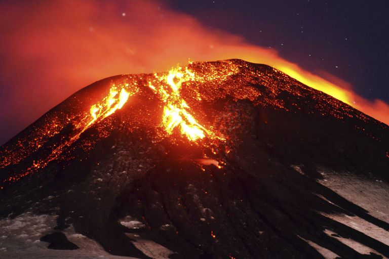 El volcán Villarrica entró en erupción esta madrugada al sur de Chile