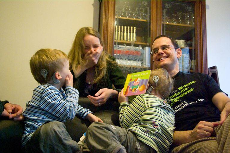 Florencia Montoto y su esposo Eloy Casin, junto a sus hijos Milos y Mateo. El acceso a un implante y audífonos permitió mejorar la calidad de vida de la familia