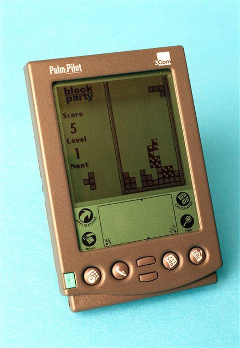 Izq.: una PalmPilot (1997) con chip a 16 MHz y 512 KB de RAM; un smartphone hoy tiene chip a 1 GHz y 1 GB de RAM