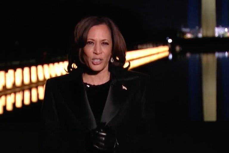 Harris brindó un breve discurso frente al Memorial de Washington DC