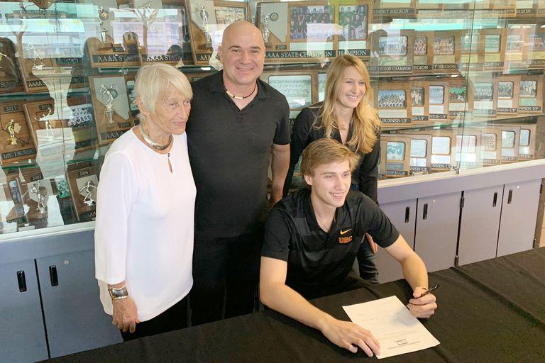 Jared Agassi firma el contrato con el béisbol universitario; sus padres, Andre y Steffi Graf lucen orgullosos.