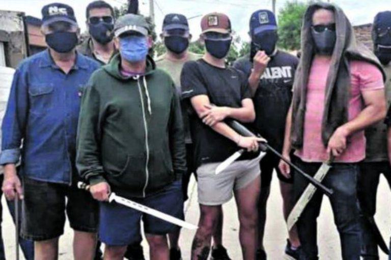 Para combatir la inseguridad, un grupo de hombres y mujeres armados organiza patrullajes en el barrio de Diza, en San Miguel de Tucumán