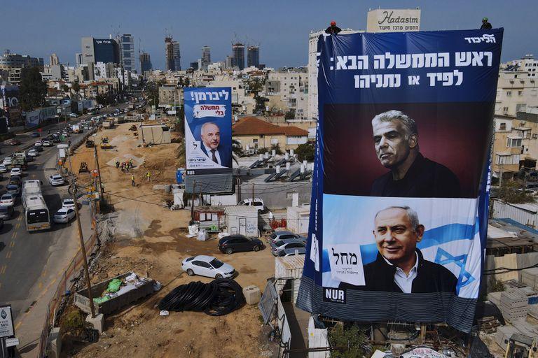 Yair Lapid y Benjamin Netanyahu, en carteles publicitarios de Israel