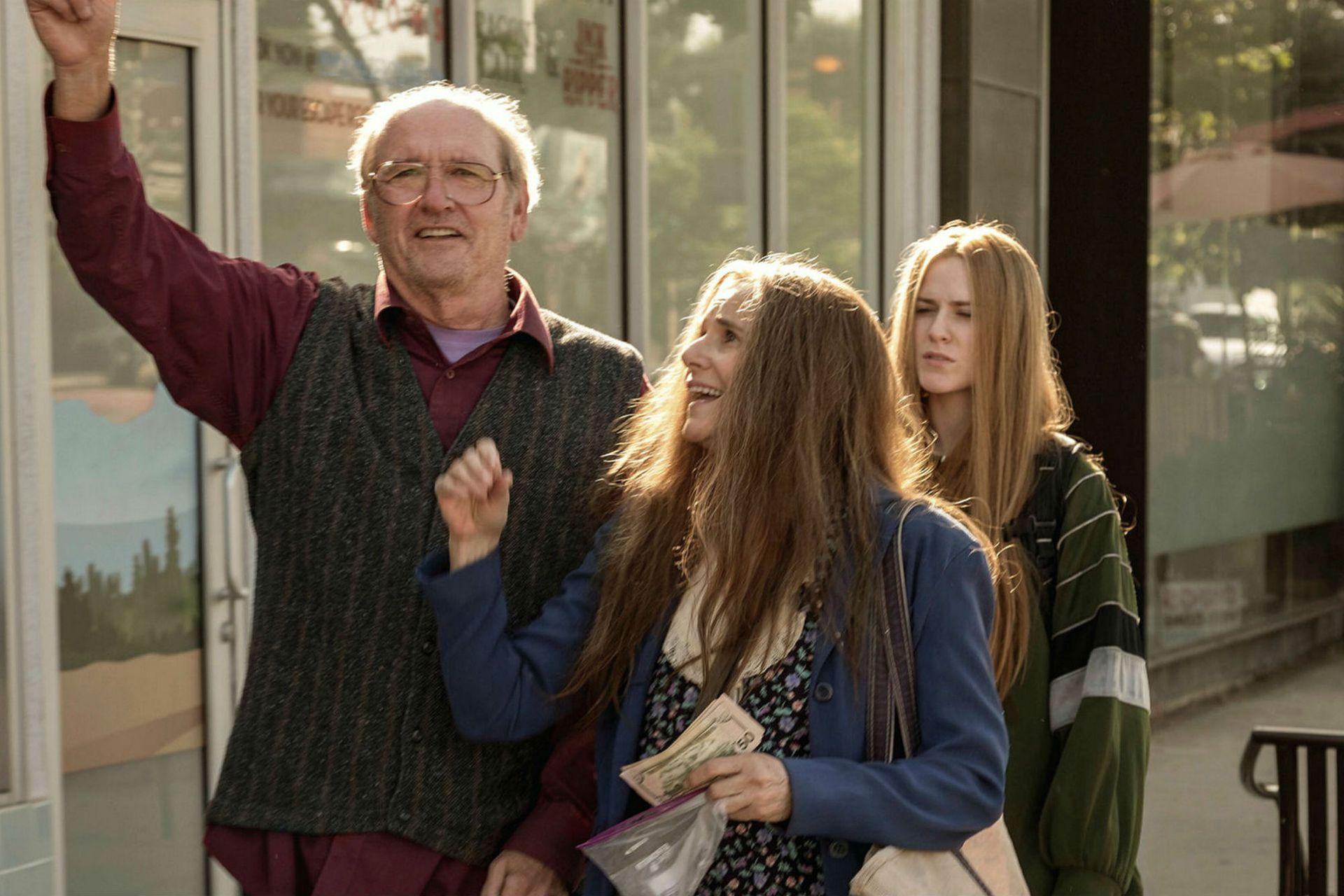 Richard Jenkins, Debra Winger y Evan Rachel Wood conforman una familia muy particular en Kajillionaire