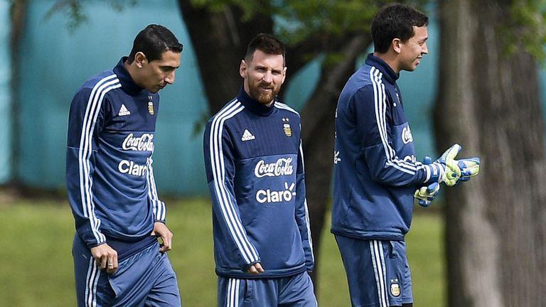Una postal que se repite desde hace años en el predio de Ezeiza: Messi y Di María, con ropas de la selección