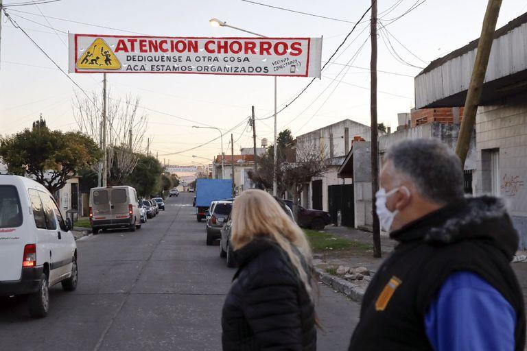 En las calles de Isidro Casanova aparecieron carteles con advertencias a los delincuentes