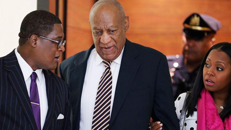 Bill Cosby escucha las palabras de su abogado al llegar a los tribunales