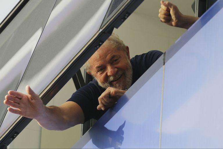 """Libros, """"baños de sol"""", TV y privilegios: Lula cumple su primer mes en la cárcel"""