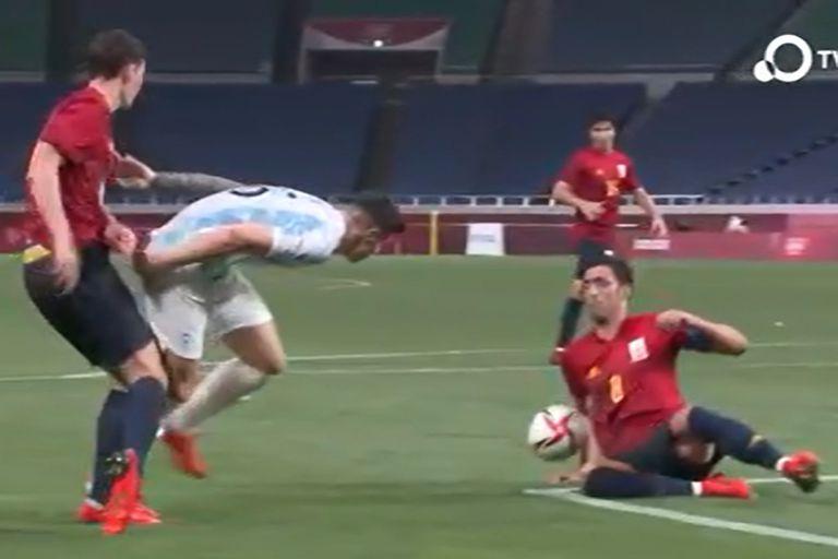 La jugada que reclamó Argentina contra España y que el VAR rechazó