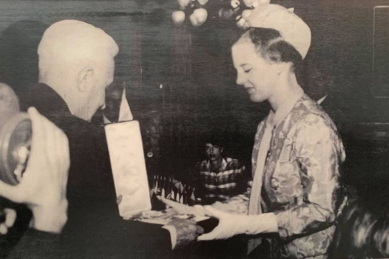 Margarita recibió la Cruz de la Orden del Libertador San Martín de manos del Presidente Arturo Illia, en marzo 1966