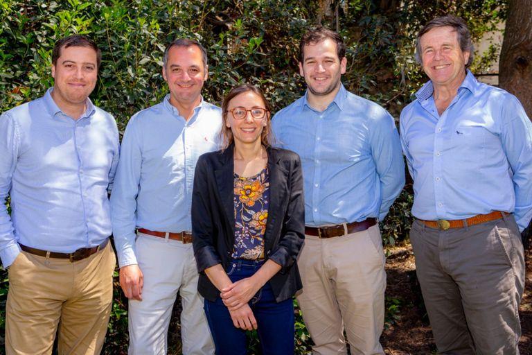 Los fundadores de Tomorrow Foods, Gonzalo Segovia, Guillermo Lentini y Cesar y Agustin Belloso, junto a la primera colaboradora del emprendimiento, Victoria Horvat.