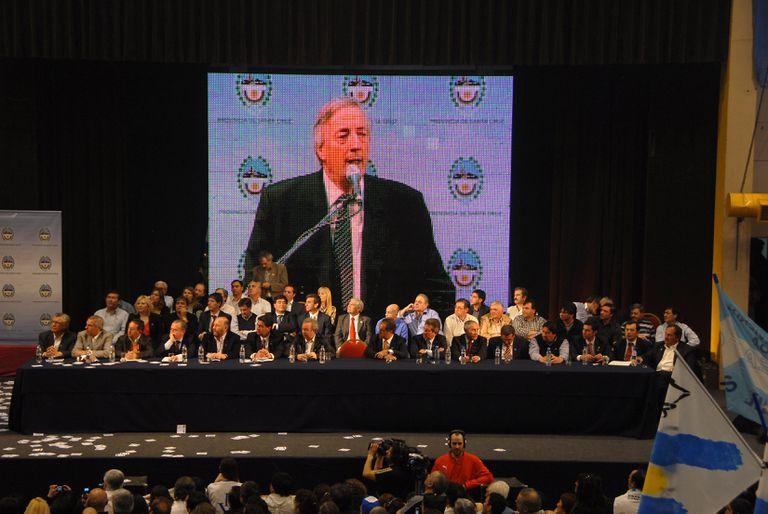 Néstor Kirchner habla ante gobernadores de 14 provincias en el Boxing Club de Río Gallegos, en Santa Cruz