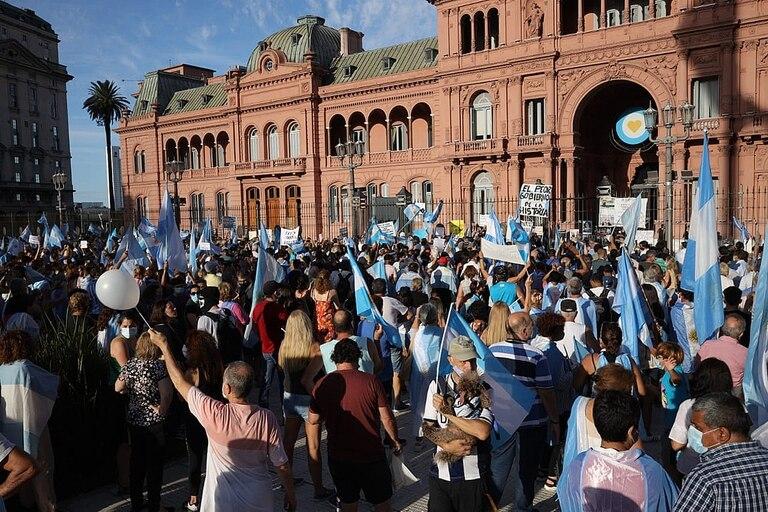 Los manifestantes frente a la Casa Rosada en la marcha por las vacunas vip