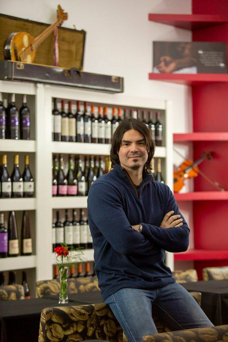 Por iniciativa de Pablo Ferraudi, El Castillo de Sandro será un bar temático donde la cata de vinos dialogará con el legado artístico del músico.
