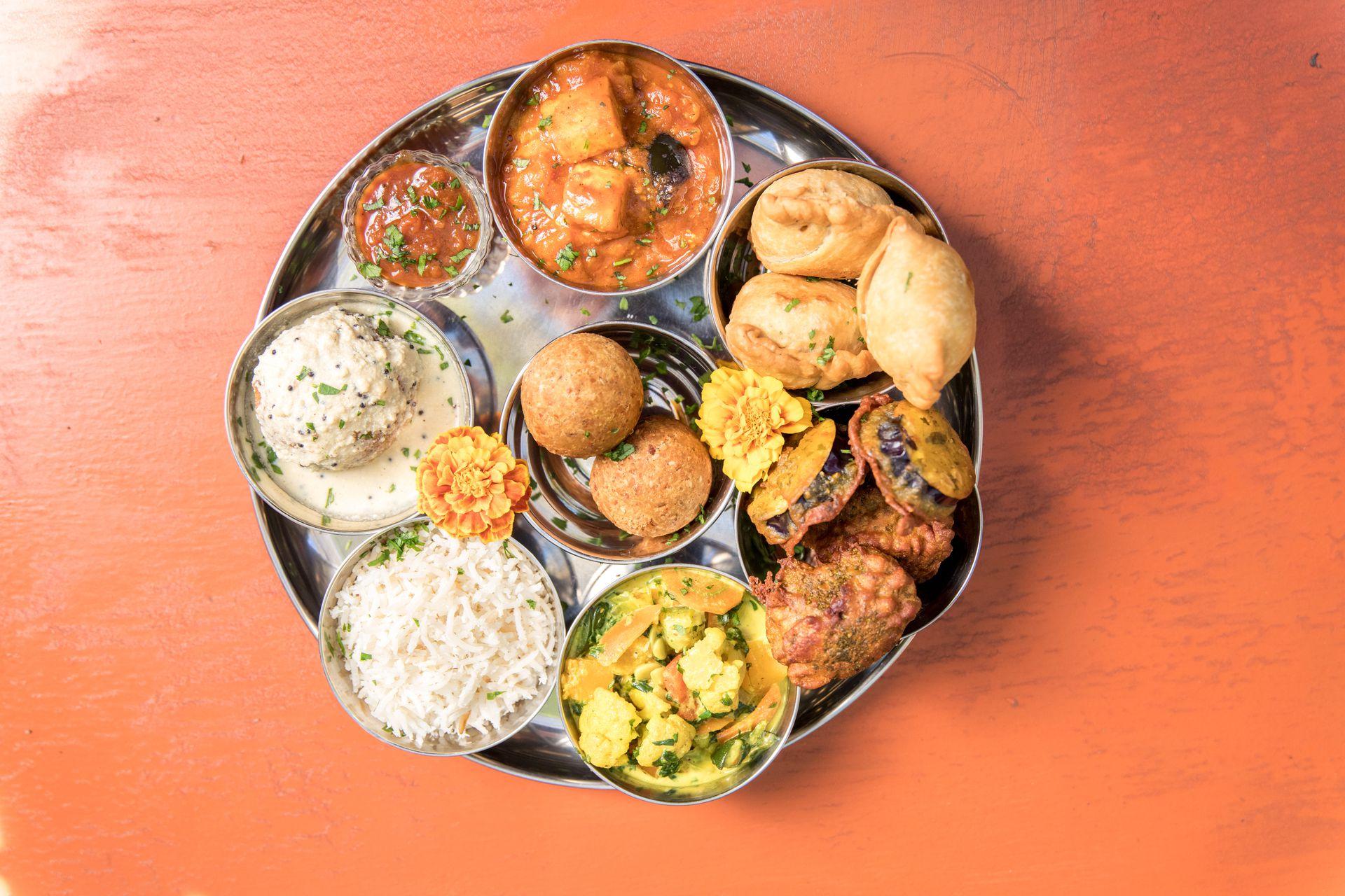 Maha thali, combinación de manjares indios que incluye curry de vegetales, chapatis, arroz basmati, samosas y panir.