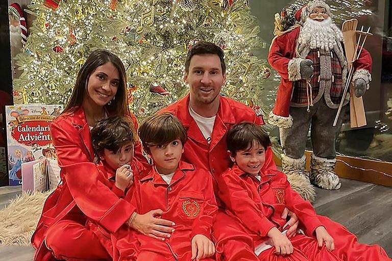 Lionel Messi junto a Antonela y sus dos hijos festejando la Navidad.