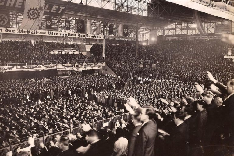 El 10 de abril de 1938, en el Luna Park, cerca de 20.000 nazis cantaron el himno nacional argentino haciendo el tradicional saludo en honor a Hitler (Archivo Luna Park)