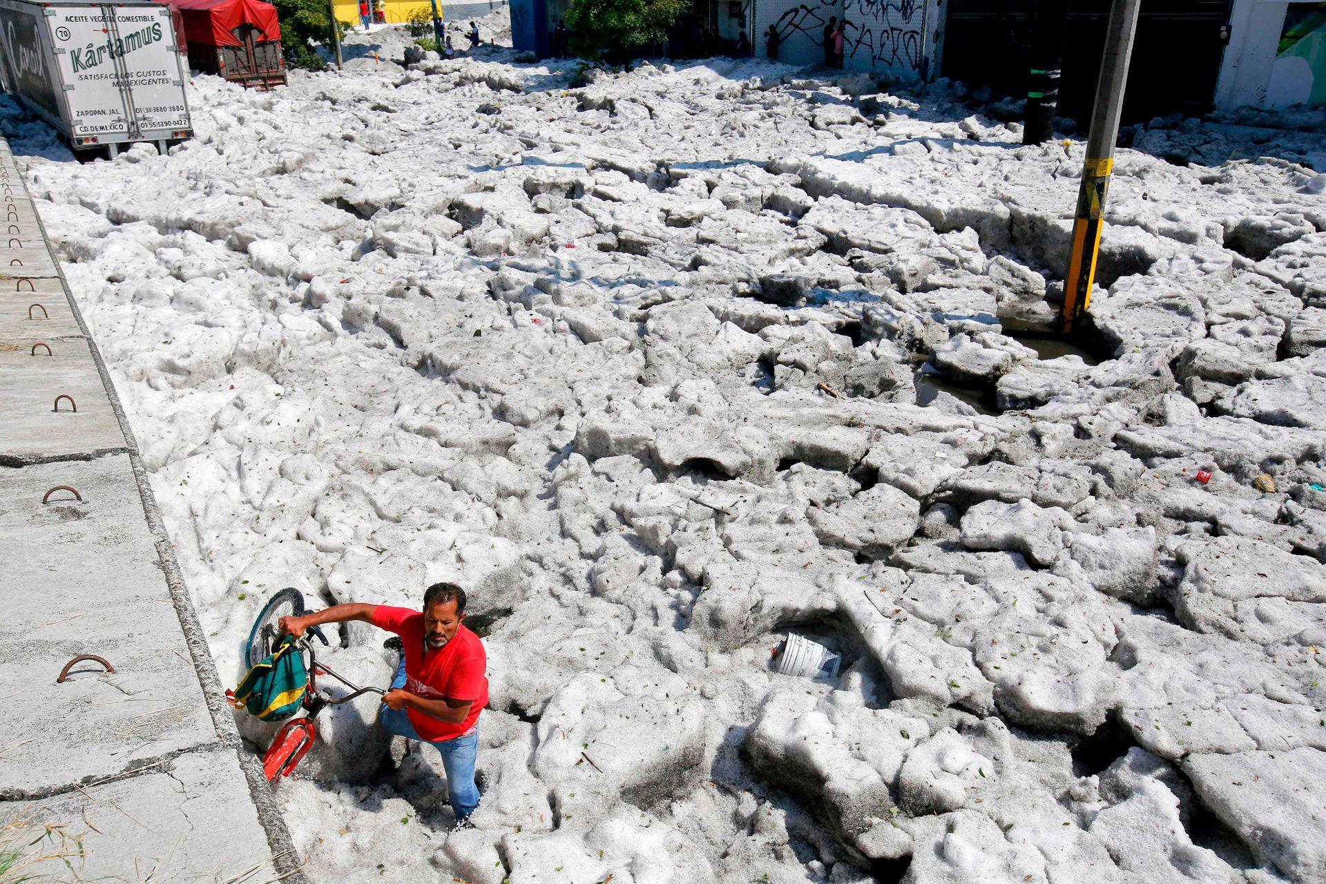 Los Ayuntamientos de Guadalajara y Tlaquepaque reportaron cerca de 200 casas y negocios afectados y al menos 50 vehículos arrastrados por la corriente de agua que se formó