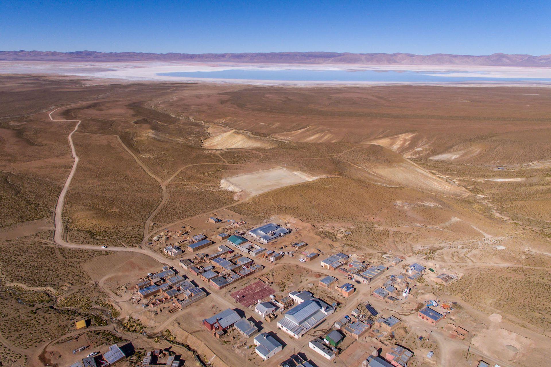 La comunidad Olaroz, al fondo el salar y la mina Sales de Jujuy