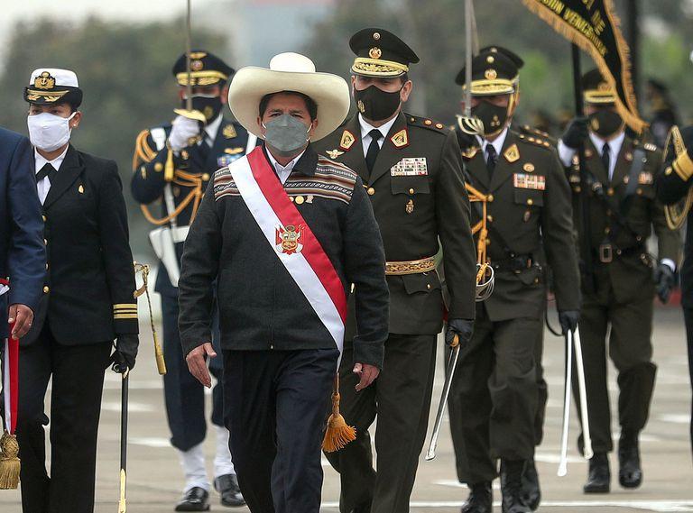 Pedro Castillo, durante un desfile militar tras su asunción en Perú