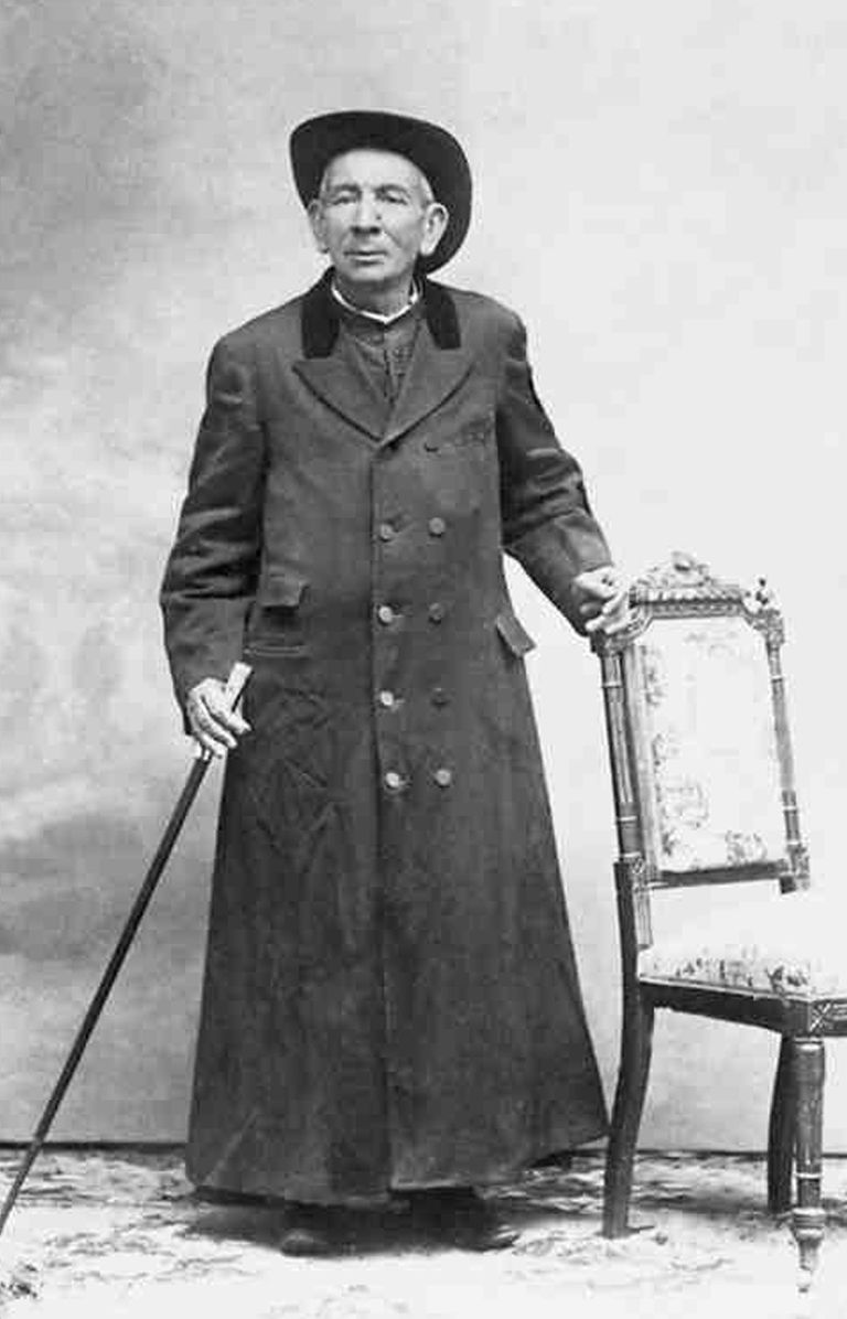 El el Padre Brochero era un hombre de sotana desgastada, sombrero aludo y botas polvorientas.