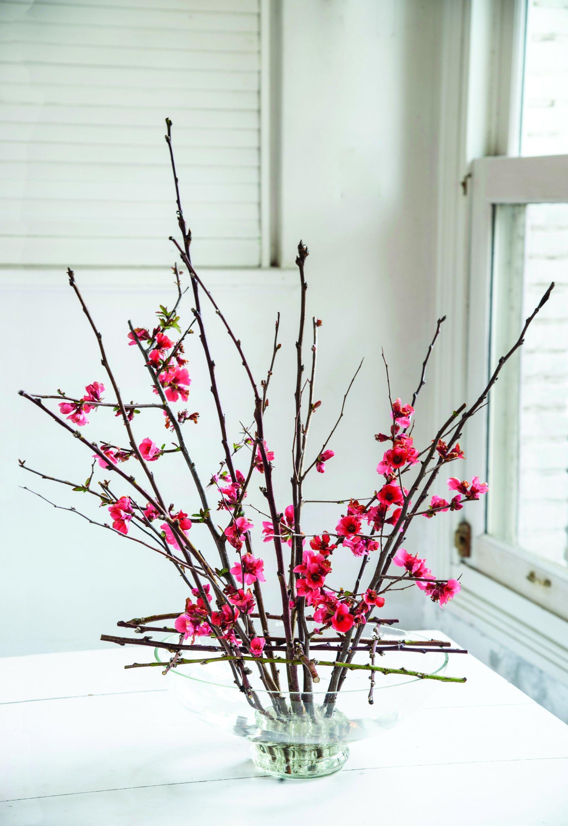 El entramado se puede conservar y cambiar sus flores según la estación. Para realizar grillas pueden usarse también cañas finas. En ese caso, en vez de entrelazarse se superponen y se atan las uniones con alambre forrado.