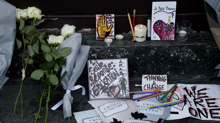 Una ola de ataques golpeó anoche a París y dejó más de 100 muertos