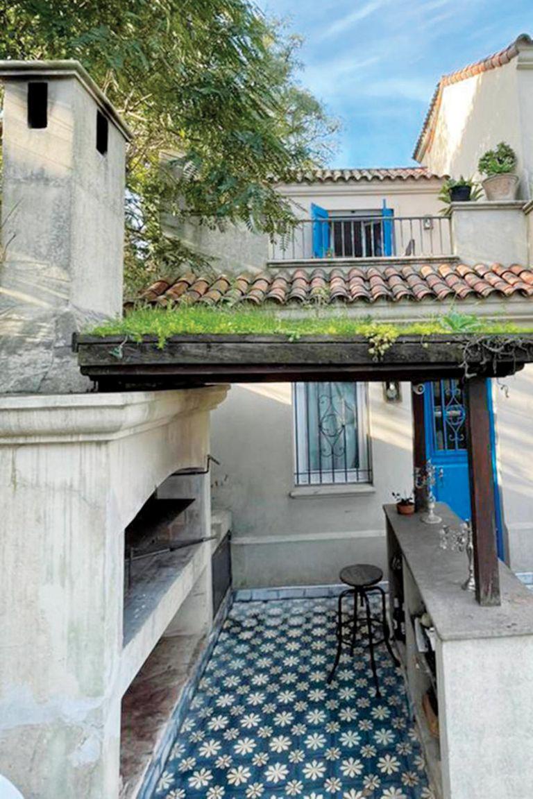La parrilla, con barra y techo verde ecológico.