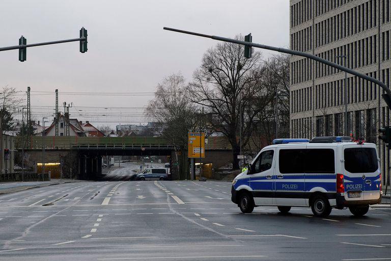 Vehículo de emergencia de la policía de Göttingen cerca de una de las rutas de acceso al área de evacuación