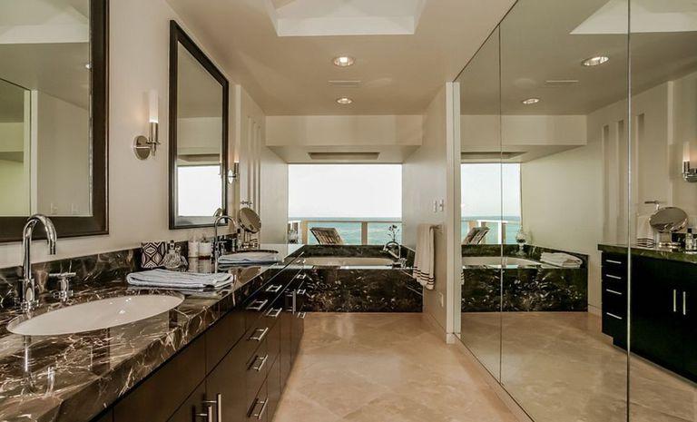 El exclusivo baño de la casa más grande que Sandra Bullock compró en Malibú.