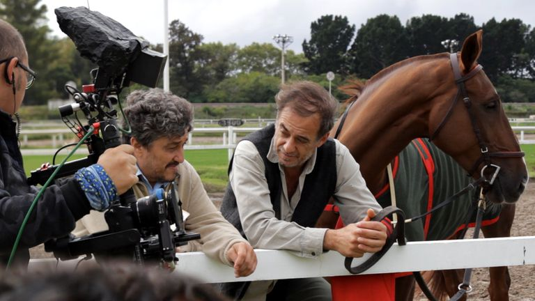 En la pista de Palermo, Emilio Bardi, el entrenador, y Alejandro Awada, el peón de Realeza, el caballo que es eje de la miniserie