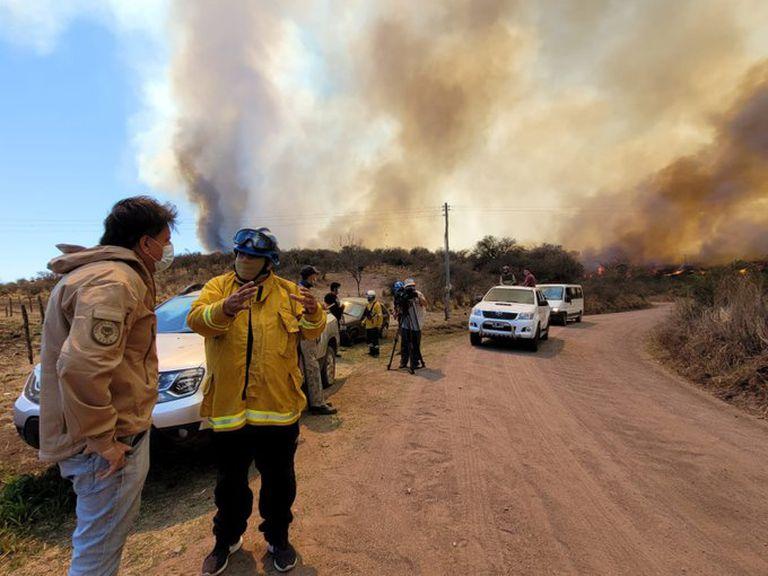 Murió un joven que estaba grave y los vientos huracanados complican la lucha contra el fuego