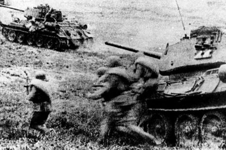 Tropas soviéticas adentrándose en la Batalla en Kursk con tanques T-34