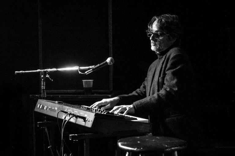 Con Tito Losavio en guitarra, Guillermo Piccolini se sentó al teclado en el palermitano bar Podestá para presentar Futuro imperfecto a mediados de agosto