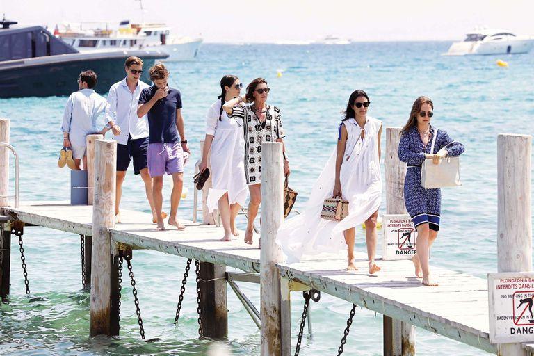 La hija de Grace Kelly logró el sueño de crear una familia muy unida, a la que reunió para unas vacaciones de película en el Mediterráneo. En la foto, Alexandra, su hija menor, camina delante de Alessandra de Osma, la mujer de su hermano Christian desde marzo.