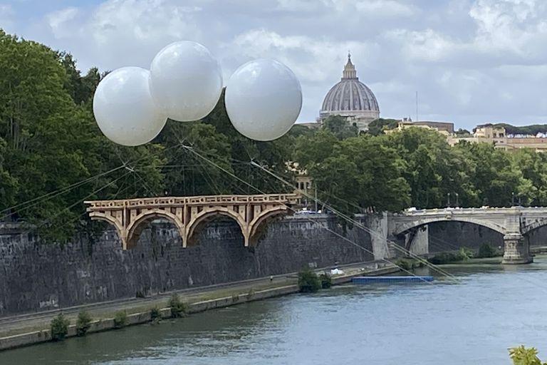 Efímero y sostenido por globos, un puente rinde tributo a Miguel Ángel en Roma
