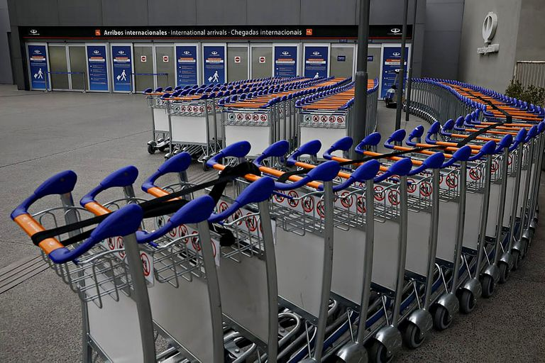 Escaso movimiento de pasajeros en el aeropuerto de Ezeiza debido a las restricciones impuestas por el gobierno nacional