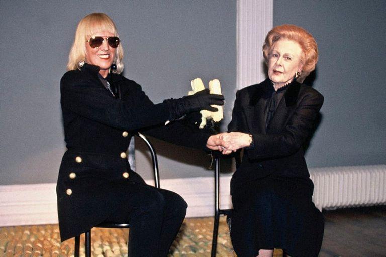 """Performance """"Resolviendo el conflicto internacional con maíz, el oro latinoamericano y arte"""", que Marta Minujín realizó en Londres en 1996 en colaboración con una doble de Margaret Thatcher. Crédito: Marta Minujín Archivo"""